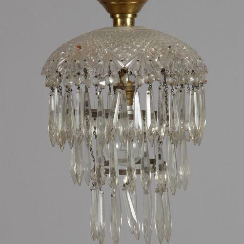 Petit lustre en laiton et pendeloques de verre.  Début XXème siècle  Haut. 35 cm…