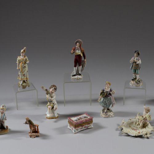 Douze sujets en porcelaine polychrome ou biscuit représentant des enfants, perso…