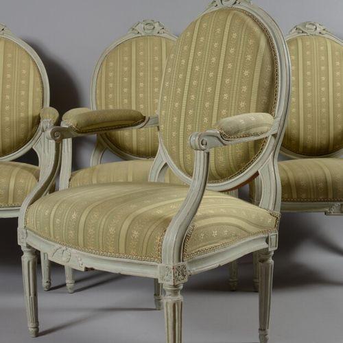 Suite de quatre fauteuils à dossier médaillon plat en bois relaqué vert, sculpté…