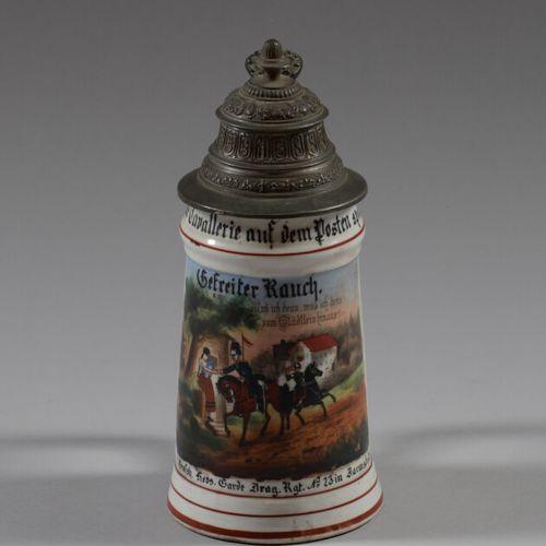 Chope du Réserviste Rauch en porcelaine polychrome à décor de cavaliers du 23 Ré…