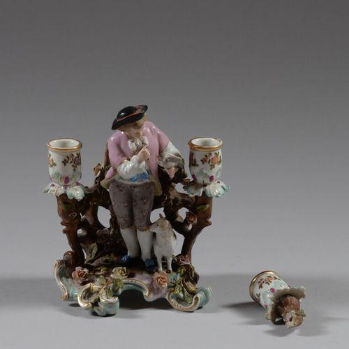 MEISSEN  Bougeoir en porcelaine polychrome représentant un jeune berger tenant u…
