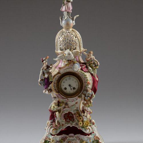 Pendule et son socle en porcelaine polychrome de forme mouvementée à décor de fi…
