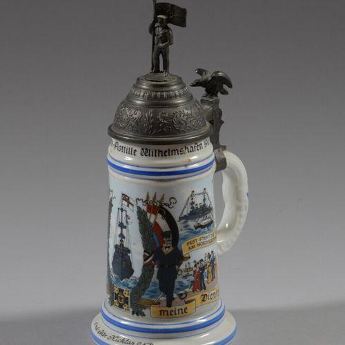 尼克拉斯后备军杯,多色瓷,表现了威廉姆沙芬鱼雷舰队1907 1910年的船只和潜艇。底部装饰有代表一对夫妇的石刻。锡镴盖子上装饰着一个水手,鹰形布袋。  德国 …
