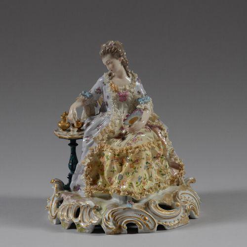 德国  多彩瓷器的主题是一个年轻女子在喝茶。  20世纪  高25厘米  发射裂缝