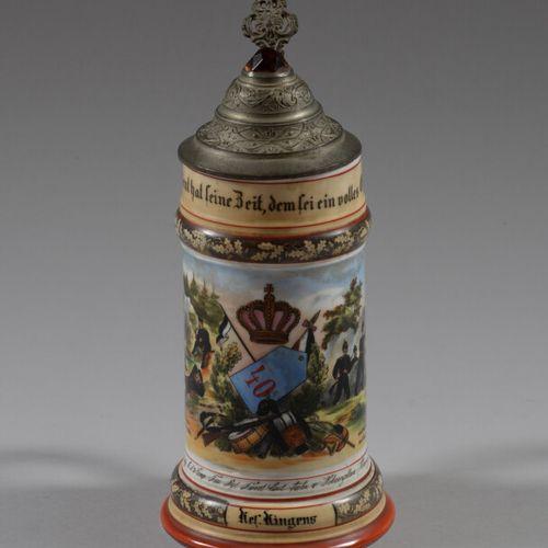 1905 07年,多色瓷的Hingen后备军杯,上面有一个军事奖杯,上面有一顶皇冠,是一个军营场景。背景上有代表一对夫妇的石刻装饰。锡镴盖子上的切割玻璃器皿,有…
