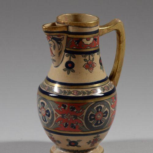 ANGOULEME Alfred RENOLEAU (1854 1930)  一个多色陶罐,储备有花卉图案,手柄和壶嘴上有鎏金丝。  高22厘米