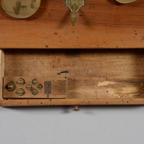 Balance trébuchet en bois, fer et laiton ouvrant par un tiroir avec jeu complet …