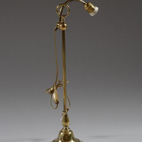 铜制台灯,脚上有一个可调节的灯臂。  20世纪初  高57厘米  通电,错过了郁金香
