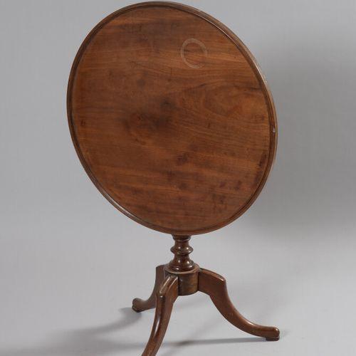 桃花心木三脚架基座桌,圆形桌面可以倾斜。转动的腿靠在三个拱形的脚上。  18世纪末和19世纪初  高度:67厘米 直径:67厘米  顶部的污点