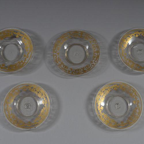 五个无色玻璃碟子,有金色和白色珐琅的卷轴装饰。