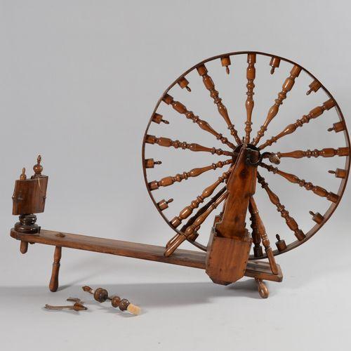 天然木制的大纺车,轮子上有转动的辐条,铁和木制的曲柄。  19世纪  高90.5厘米,宽132厘米  一个要重新连接的元素,连接一个羊毛梳子