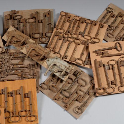 Lot de dix huit plaques de clés, pentures et loquets.  XVIIIème et XIXème siècle