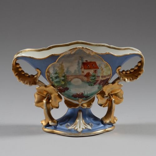 Vase en porcelaine polychrome et or à décor d'une maison et d'un pont, deux anse…