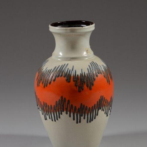德国  米色,红色和棕色釉面的陶瓷卵圆形花瓶。  60年代的作品  高度40厘米