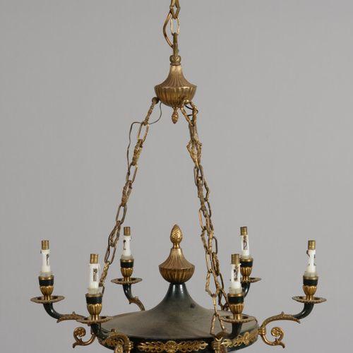一盏青铜和绿漆金属板吊灯,有六个臂,有棕榈树和松果装饰。  帝国风格  高90厘米,直径53厘米  刮痕