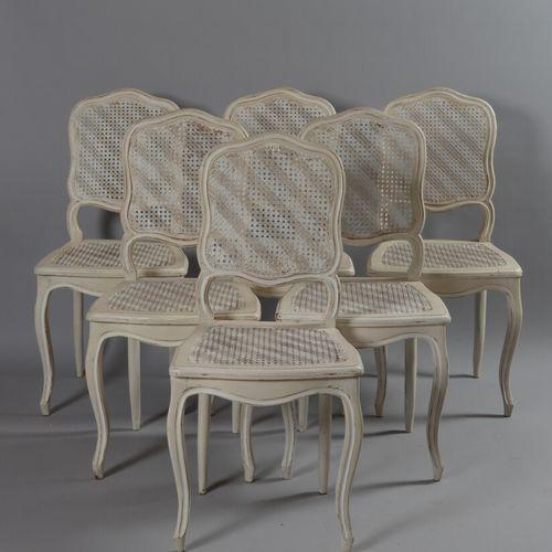 Suite de six chaises cannée en bois relaqué blanc, pieds cambrés.  Style Louis X…