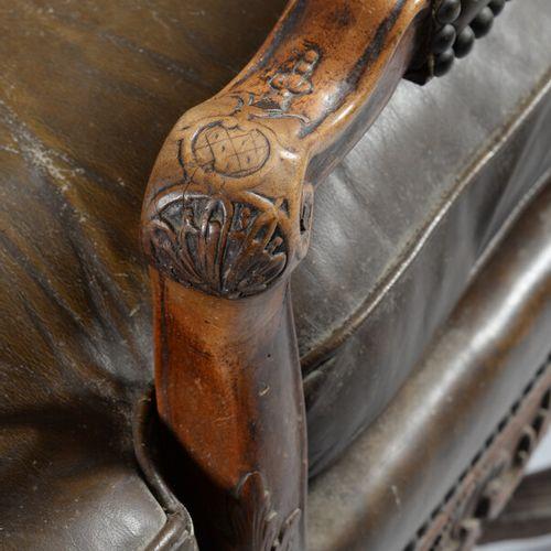 大型平背榉木扶手椅,腰部雕刻着网格背景上的贝壳和叶子。弯曲的腿由支杆连接,移动的扶手。  摄政时期  事故和修复,特别是对后腿的修复,点蚀