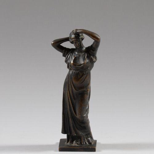 Jeune femme vêtue à l'antique  Sujet en bronze à patine brune.  Haut. 25 cm