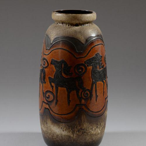 ALLEMAGNE  Grand vase en céramique vernissée brun à décor de chevaux stylisés.  …
