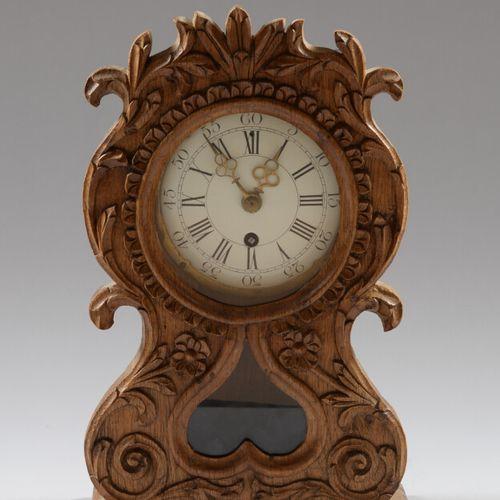 橡树壳时钟,雕刻着叶子和白色珐琅表盘,带有罗马数字。  复合元件的重新组装  高42厘米