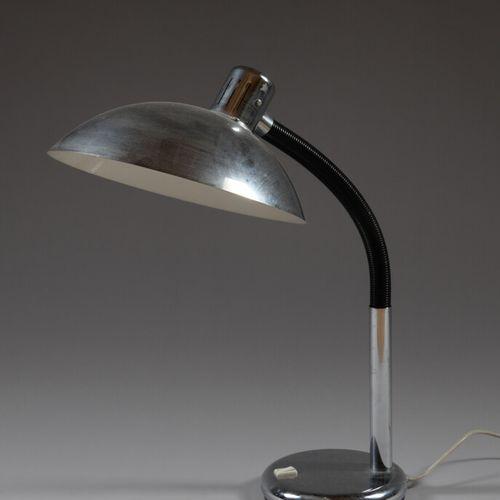 镀铬金属台灯,灯罩在铰接臂上。  70年代的作品  高度60厘米