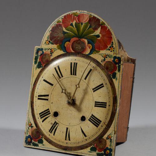 一套四个白色搪瓷和彩绘木质时钟机芯。  19世纪  高度为40、37、35厘米  一个是有变形的,如是