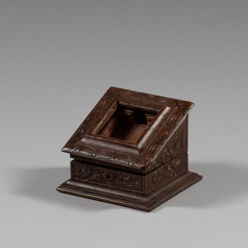 Porte montre en bois sculpté en forme de coffret à couvercle abattant.  Haut. 8 …