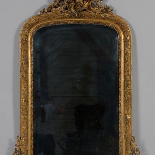 木制镜子,有镀金和银色的灰泥框架,踏板上装饰有贝壳和大叶子的图案,框架上装饰有新艺术风格的图案和蜻蜓  路易十五风格,19世纪末  高157厘米,宽91厘米  …