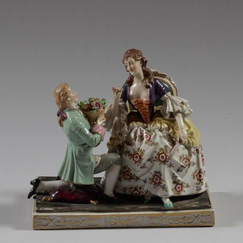 德国  多彩瓷器的主题是一个跪着的年轻人向一个年轻女人献花篮。  19世纪末和20世纪初  高18.5厘米  状况良好