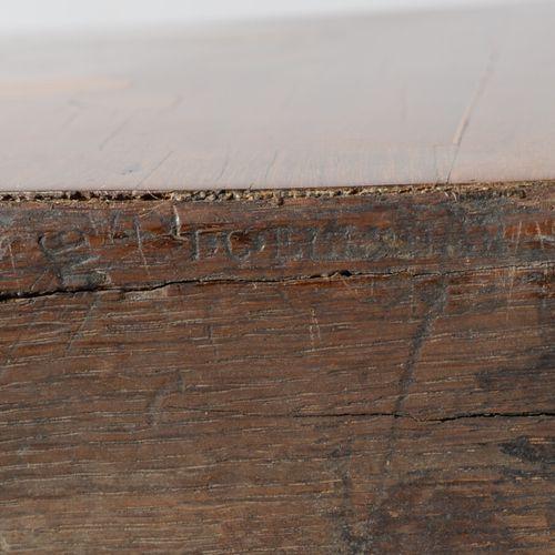 Commode sauteuse à léger ressaut central en bois de placage ouvrant par deux tir…