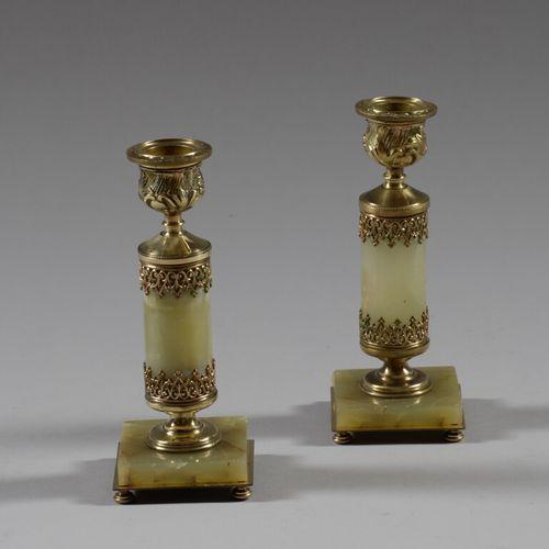 Paire de petits bougeoirs en bronze et onyx vert.  Fin XIXème siècle  Haut. 16 c…