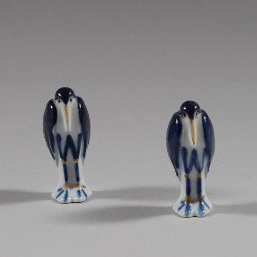 在SANDOZ之后  两只企鹅形状的多色瓷器盐罐。  高9厘米  一件损坏并粘在底座下
