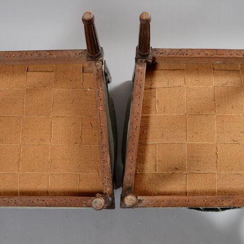 一对榉木平背扶手椅,锥形腿,带弧形凹槽。  路易十六时期  事故