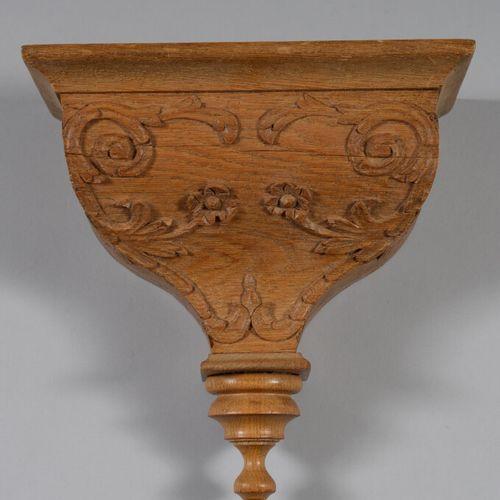 一个雕刻着叶子和花朵的橡木壁架。  高26宽25深13.5厘米
