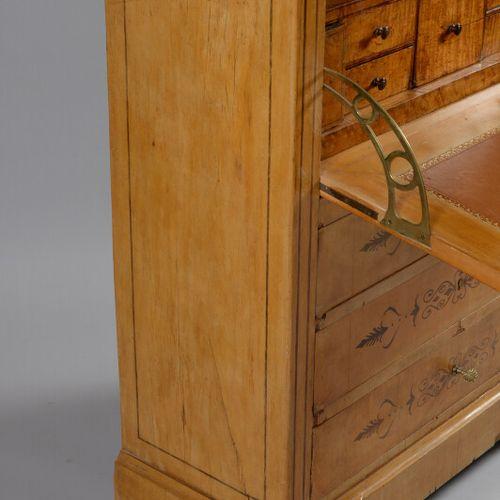 一张枫木贴面的书桌,上面有风格化的卷轴和棕榈树的图案。它打开后有四个抽屉和一个挡板,露出一个储物柜、一个大抽屉、五个小抽屉和两个秘密抽屉。黑色花岗岩顶部。  查…