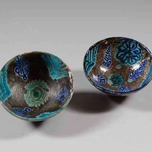伊朗  两个蓝色和棕色釉面的陶瓷碗。