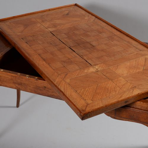 橡木和果木贴面的栈板桌,采用凸腿设计,前面有两个抽屉。顶部镶嵌着棋盘和圆角。  18世纪  高71.5厘米,宽115.5厘米,深61.5厘米  裂缝,点蚀,缺少…