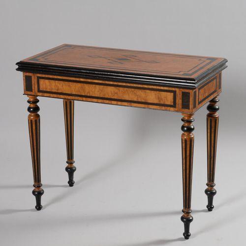 榆木毛刺贴面和黑化木游戏桌,锥形凹槽腿。折叠的顶部覆盖着绿色毛毡。  拿破仑三世时期  高72.5宽84.5深42厘米  小事故