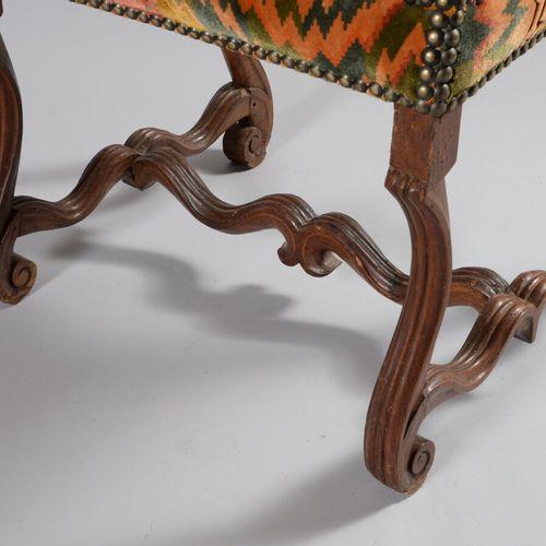 一张模制的胡桃木扶手椅,有平背,扶手和支架脚,由一个横梁连接。  17世纪  一个扶手有麻点和磨损,腿的末端有小的修复。