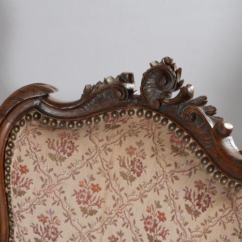 沙发和两把扶手椅都是天然木雕的,上面雕刻着半边的贝壳和叶子,放在凸形的腿上。  路易十五风格,1900年  高99.5厘米,长122厘米  一个恢复的后腿
