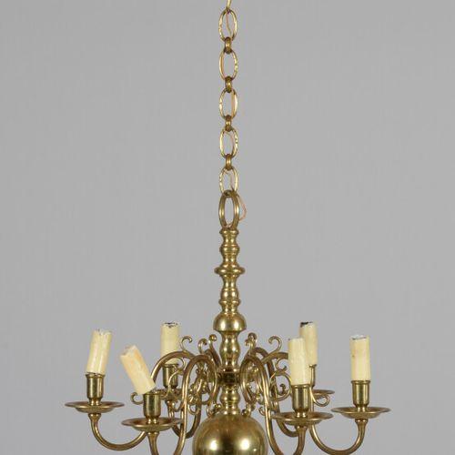Petit lustre en bronze à six bras de lumière.  Style Hollandais  Haut. 52 cm san…