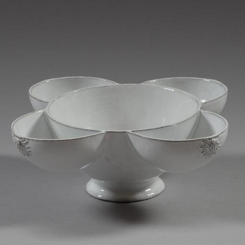 收集方面  白色釉面陶瓷四叶修行者盘,有太阳装饰。  直径32厘米