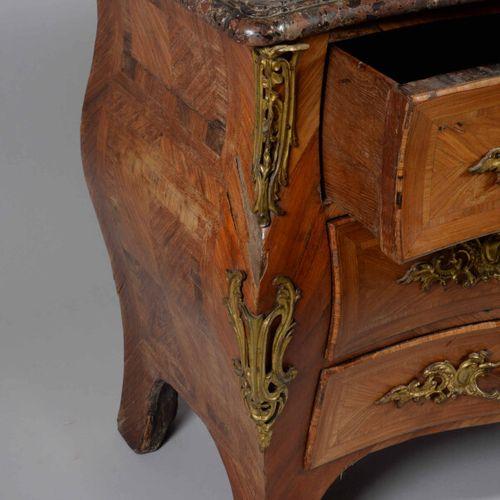 Commode tombeau en bois de placage et encadrement de filets. Elle ouvre par cinq…