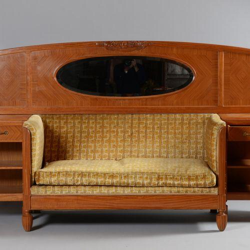 Banquette de repos en placage d'acajou(?) blond, comprenant un canapé central à…