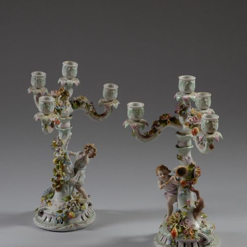 德国  一对多色瓷烛台,有四盏灯,底部装饰有花和水果,有两个孩子在抓蝴蝶。  20世纪  高38厘米  小事故