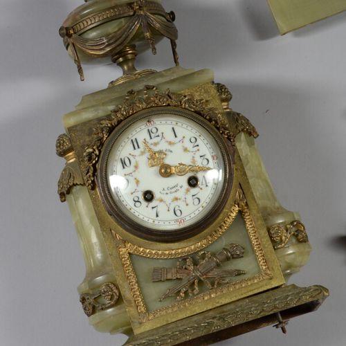 绿玛瑙和青铜钟,珐琅表盘上有花环和阿拉伯数字。  拿破仑三世时期  高度40厘米  有待重新组装,缺少螺丝和螺栓