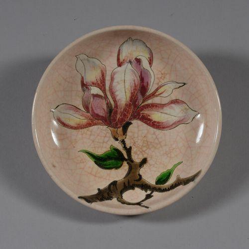 龙威  陶器口袋,多色珐琅装饰的鸢尾花。  直径13.5厘米