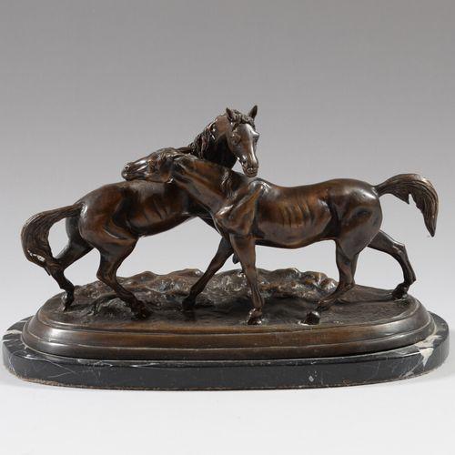 马匹的怀抱  带有棕色铜锈的青铜器,放在带有白色纹路的黑色大理石底座上。  20世纪  高23.5长28.5厘米