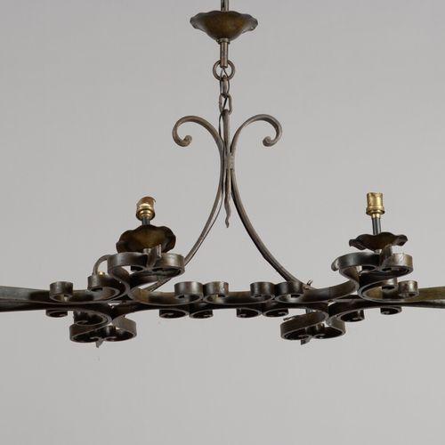 有六盏灯的锻铁吊灯。  现代工作  长100厘米  电气化