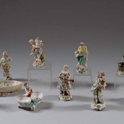 Dix sujets en porcelaine polychrome représentant notamment des musiciens, une pa…